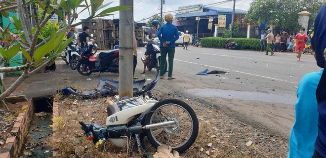 Khoảnh khắc đánh lái tránh nữ tài xế, xe ben lật nghiêng gây tai nạn kinh hoàng-3