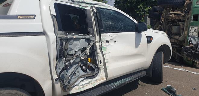 Khoảnh khắc đánh lái tránh nữ tài xế, xe ben lật nghiêng gây tai nạn kinh hoàng-4