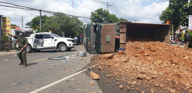 Khoảnh khắc đánh lái tránh nữ tài xế, xe ben lật nghiêng gây tai nạn kinh hoàng-5