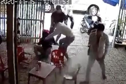 Chồng lao vào giải cứu vợ bị 7 đối tượng kéo lê lên xe ô tô, đâm chết 1 người