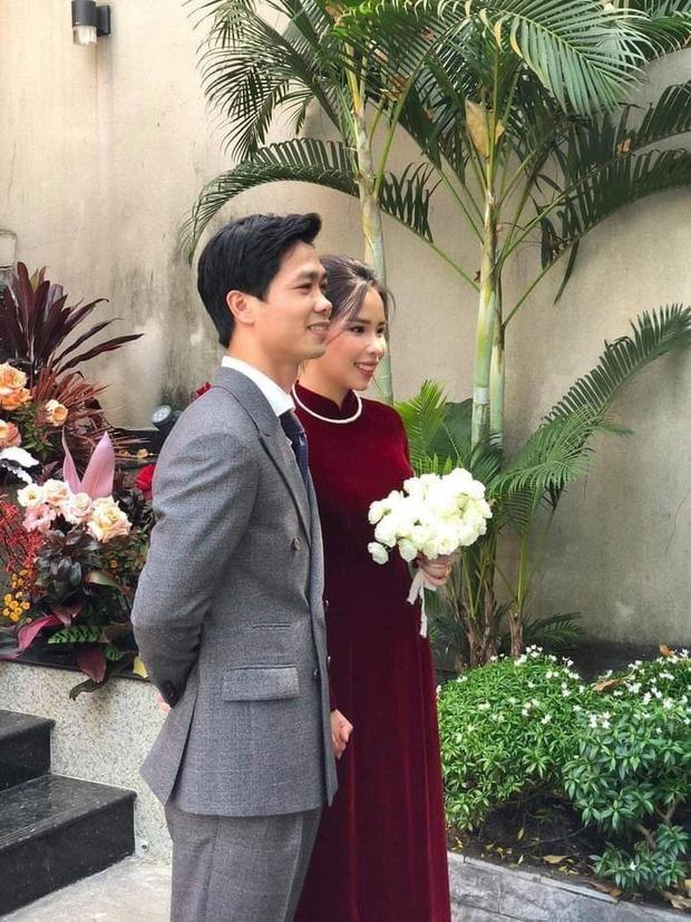 Lên xe hoa cách nhau 4 năm, cô dâu của Công Phượng bất ngờ giống y chang Mai Ngọc khi diện áo dài nhung đỏ trong ngày trọng đại-1