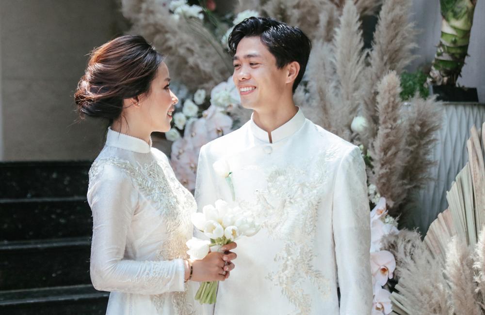 Lên xe hoa cách nhau 4 năm, cô dâu của Công Phượng bất ngờ giống y chang Mai Ngọc khi diện áo dài nhung đỏ trong ngày trọng đại-2