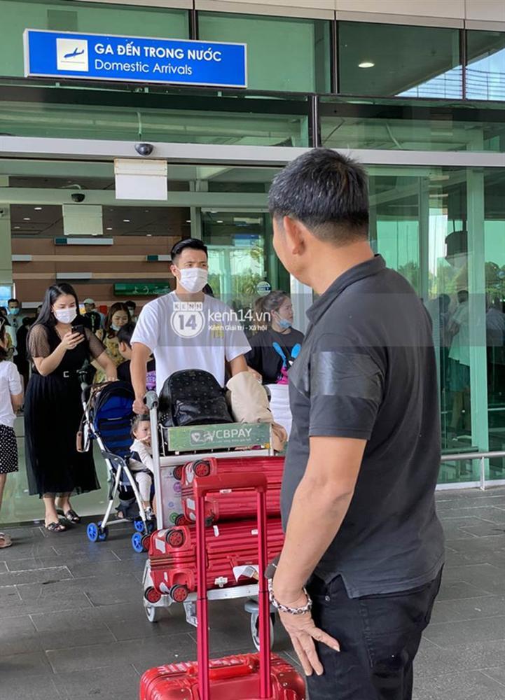 Hình ảnh đầu tiên của vợ chồng Bùi Tiến Dũng tại sân bay, đi dự đám cưới Công Phượng ở Phú Quốc-1