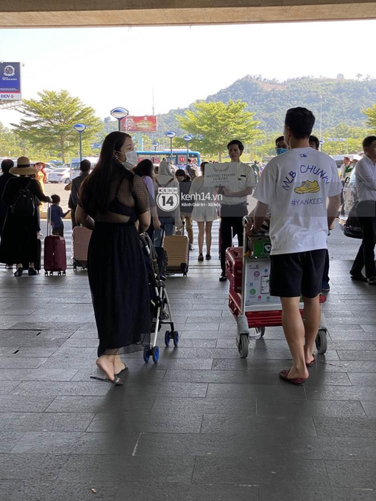 Hình ảnh đầu tiên của vợ chồng Bùi Tiến Dũng tại sân bay, đi dự đám cưới Công Phượng ở Phú Quốc-2