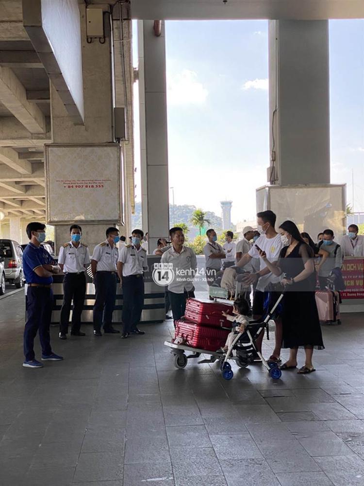 Hình ảnh đầu tiên của vợ chồng Bùi Tiến Dũng tại sân bay, đi dự đám cưới Công Phượng ở Phú Quốc-3
