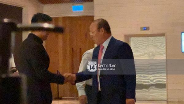Clip HLV Park Hang-seo lên đồ trang trọng, tay bắt mặt mừng tại siêu đám cưới của Công Phượng-3