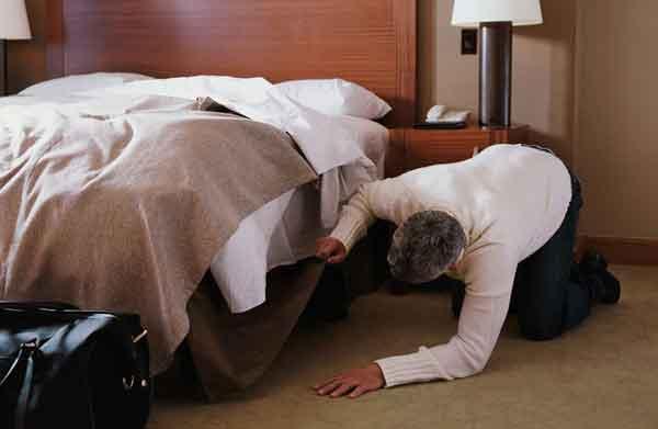 Mới tậu nhà mới, người đàn ông vội đến dọn dẹp rồi hối hận không kịp khi phát hiện thứ tỏa mùi nồng nặc dưới gầm giường-1