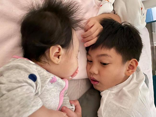 Mới 10 tuổi, Subeo đã ra dáng anh trai lớn, thay bố Cường Đô La tự mình ru em gái ngủ-1