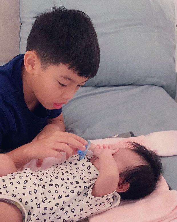 Mới 10 tuổi, Subeo đã ra dáng anh trai lớn, thay bố Cường Đô La tự mình ru em gái ngủ-2
