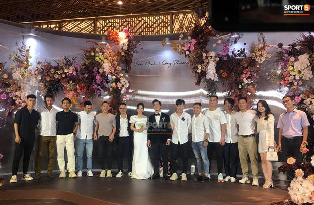 Vợ Công Phượng mặc váy cưới trơn nhẹ nhàng, cầm hoa cưới đắt đỏ khiến ai cũng liên tưởng ngay tới Song Hye Kyo-4