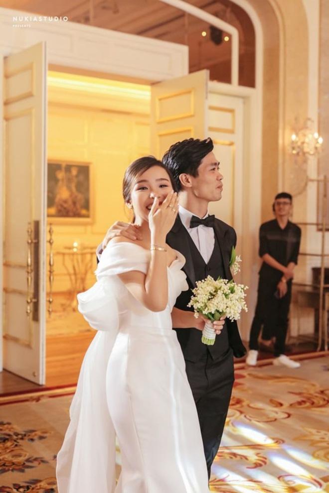 Vợ Công Phượng mặc váy cưới trơn nhẹ nhàng, cầm hoa cưới đắt đỏ khiến ai cũng liên tưởng ngay tới Song Hye Kyo-8