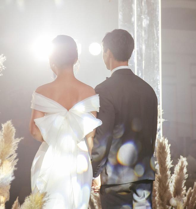 Vợ Công Phượng mặc váy cưới trơn nhẹ nhàng, cầm hoa cưới đắt đỏ khiến ai cũng liên tưởng ngay tới Song Hye Kyo-9