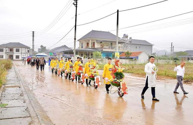 Chú rể Thái Nguyên chịu chơi, chi tiền triệu tậu dàn siêu xe bê lễ, hô biến đám hỏi trở nên chất như nước cất khiến ai cũng trầm trồ-2