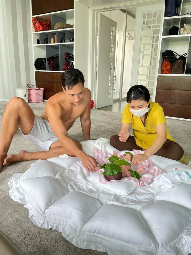 Kim Lý quả là bố bỉm sữa biết tranh thủ: Đăng ảnh chăm con nhưng phải khoe body vạm vỡ mới chịu!-1