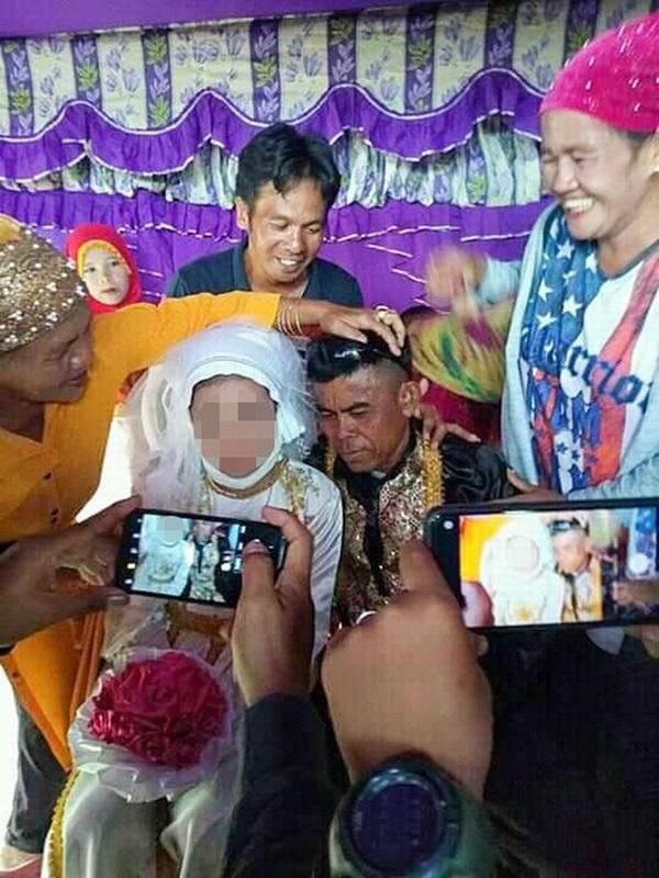 Bé gái 13 tuổi bị ép kết hôn với người đàn ông 48 tuổi đã có 4 đời vợ nhưng yêu cầu nhà chồng đặt ra cho cô dâu càng gây phẫn nộ hơn-2