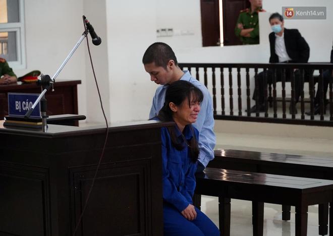 Nữ bị cáo bạo hành con gái 3 tuổi đến tử vong quỳ gối, gào khóc xin lỗi mẹ đẻ và bố mẹ chồng: Bị cáo chưa bao giờ thôi dằn vặt với bản thân mình-1