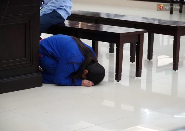 Nữ bị cáo bạo hành con gái 3 tuổi đến tử vong quỳ gối, gào khóc xin lỗi mẹ đẻ và bố mẹ chồng: Bị cáo chưa bao giờ thôi dằn vặt với bản thân mình-6