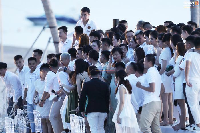 Nhan sắc cực phẩm của dàn tuyển thủ Việt Nam tham dự đám cưới Công Phượng ở Phú Quốc-4