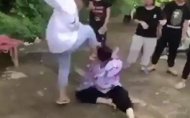 Nữ sinh lớp 8 bị nhóm bạn học quây kín, đánh hội đồng dã man gây bức xúc-2