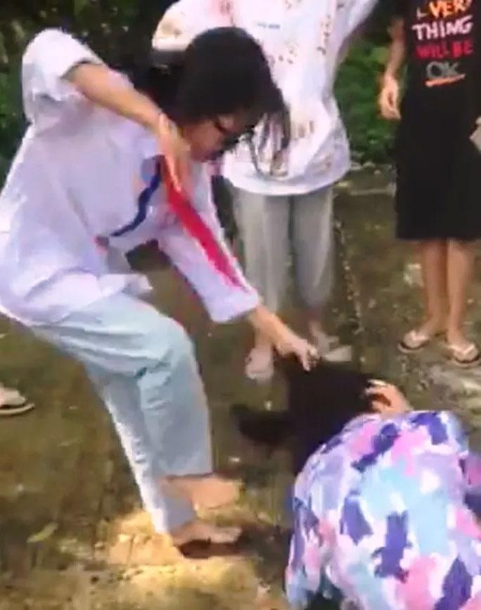 CLIP: Nữ sinh cấp 2 bị bạn đánh hội đồng, hàng chục người xung quanh hò hét, cổ vũ-1