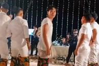 Trong lúc dàn cầu thủ rủ nhau chơi trò chơi trong đám cưới Công Phượng, Văn Toàn phát hiện bị quay lén liền cúi đầu năn nỉ và hành động khiến fan bật cười