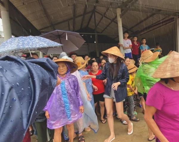 Thủy Tiên hỗ trợ 50 triệu cho các gia đình nghèo khó có nhà bị sập, ngày mai bay luôn ra Huế tiếp tục cứu trợ-8