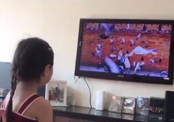 Nhìn thấy clip bố mẹ hôn nhau, con gái 6 tuổi cảm thán một câu xanh rờn khiến nhiều người chê trách không dạy con chu đáo-1