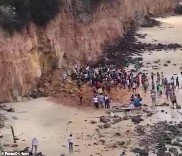 Nghỉ mát ở bãi biển nổi tiếng, gia đình 3 người chết tức tưởi vì vách đá sụp đổ, tư thế của người mẹ khi được tìm thấy gây nhói lòng-2