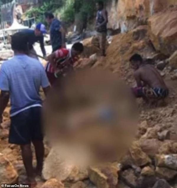 Nghỉ mát ở bãi biển nổi tiếng, gia đình 3 người chết tức tưởi vì vách đá sụp đổ, tư thế của người mẹ khi được tìm thấy gây nhói lòng-3