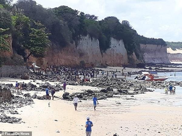 Nghỉ mát ở bãi biển nổi tiếng, gia đình 3 người chết tức tưởi vì vách đá sụp đổ, tư thế của người mẹ khi được tìm thấy gây nhói lòng-4