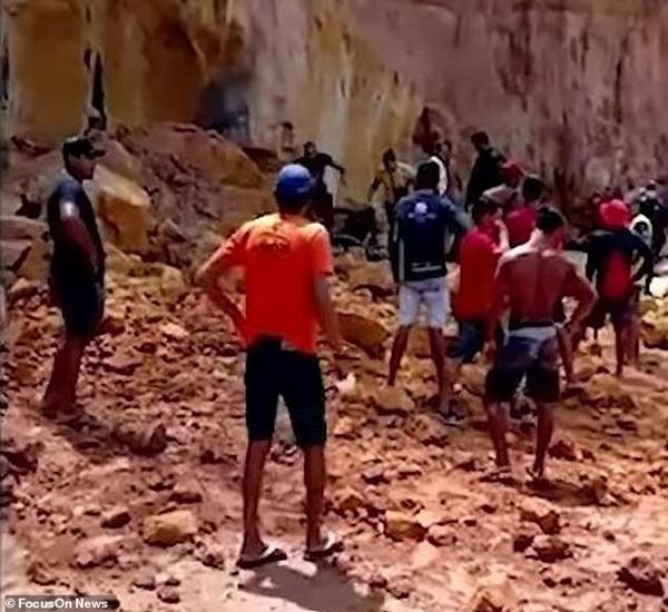 Nghỉ mát ở bãi biển nổi tiếng, gia đình 3 người chết tức tưởi vì vách đá sụp đổ, tư thế của người mẹ khi được tìm thấy gây nhói lòng-5
