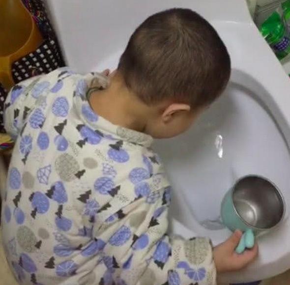 Bố đi làm về được con trai lấy nước cho uống thì vô cùng cảm động nhưng khi phát hiện nước có mùi lạ thì chết sững-2