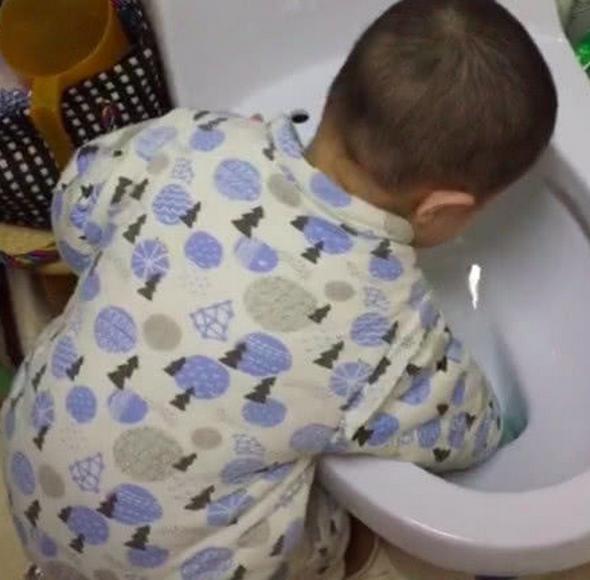 Bố đi làm về được con trai lấy nước cho uống thì vô cùng cảm động nhưng khi phát hiện nước có mùi lạ thì chết sững-3