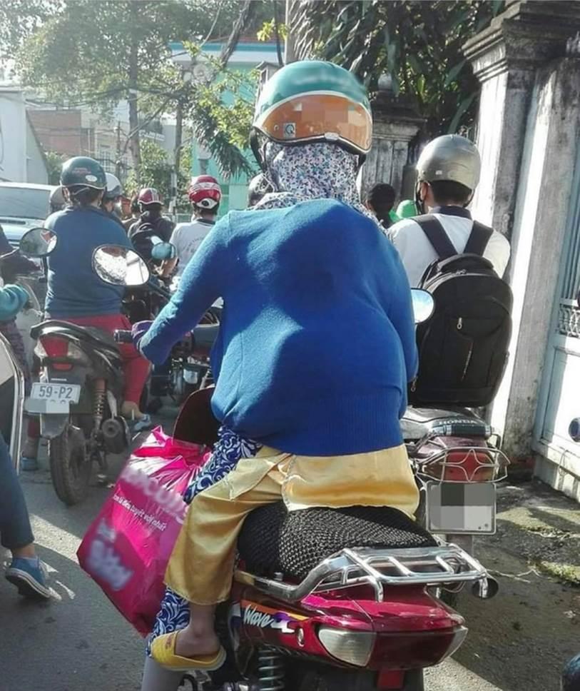Em bé núp sau mẹ lưng như ninja trên đường phố, cảnh tượng vừa hài hước vừa cảm động vì manh áo mẹ luôn là tấm khiên bảo vệ an toàn nhất-1