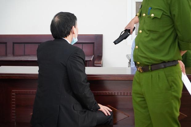 Vụ bạo hành con gái 3 tuổi tử vong: Con trai bị tuyên án tử, người bố chỉ biết lặng lẽ động viên con mạnh mẽ lên-1