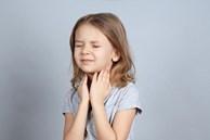 Trẻ hay bị viêm họng vào mùa đông có phải là do lạnh? Bệnh tuy đơn giản nhưng bố mẹ chớ chủ quan