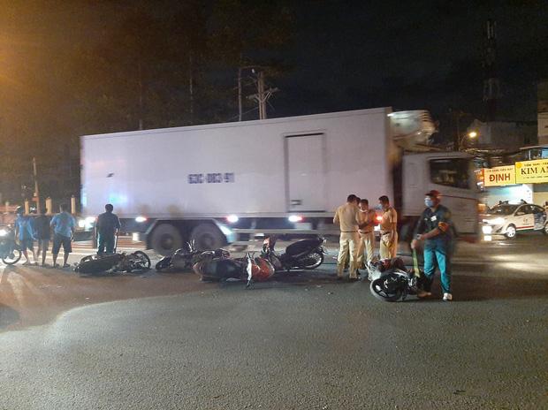 TP.HCM: Ô tô tông cả chục xe máy đang dừng đèn đỏ, nhiều người bị thương nằm la liệt trên đường-1