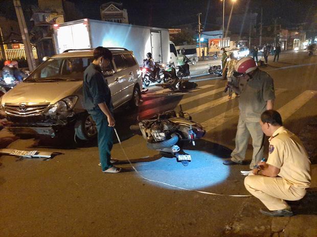 TP.HCM: Ô tô tông cả chục xe máy đang dừng đèn đỏ, nhiều người bị thương nằm la liệt trên đường-2