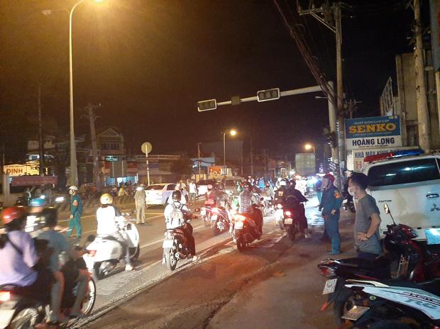TP.HCM: Ô tô tông cả chục xe máy đang dừng đèn đỏ, nhiều người bị thương nằm la liệt trên đường-4