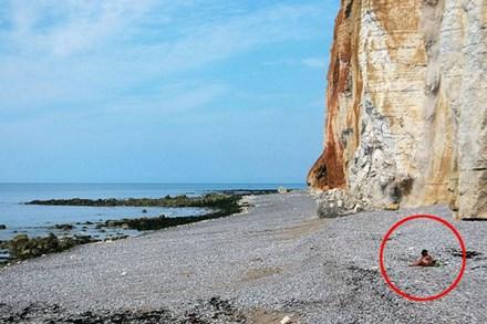 Thảnh thơi mặc bikini ngồi hóng gió trên bãi biển, cô gái không ngờ bản thân may mắn thoát khỏi
