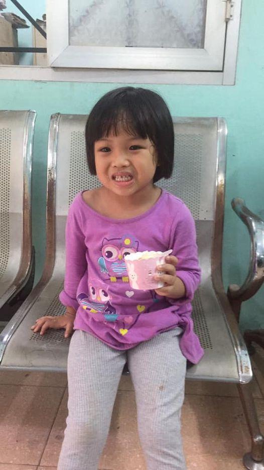 Công an phát thông báo tìm người thân cho bé gái 5 tuổi đi lạc-1
