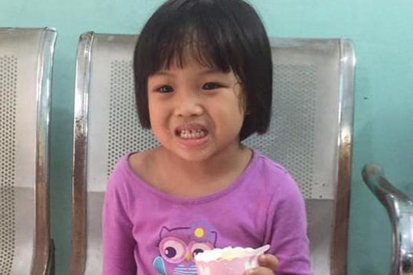 Công an phát thông báo tìm người thân cho bé gái 5 tuổi đi lạc