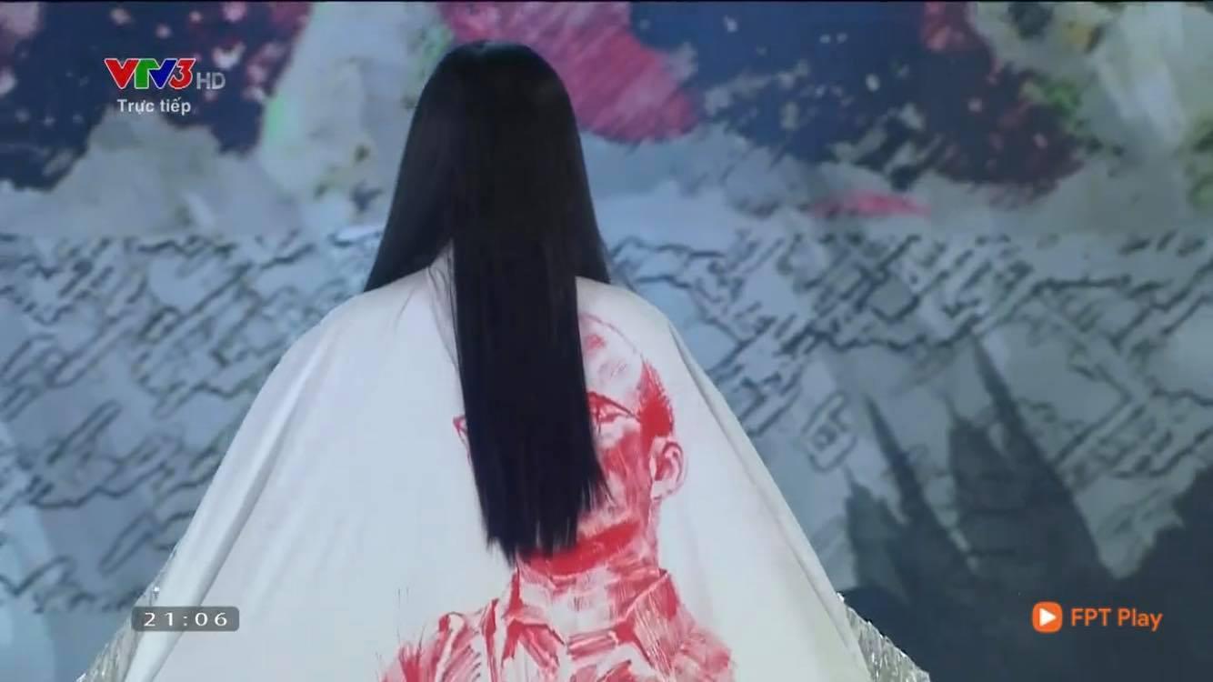 Trần Tiểu Vy trở thành đề tài gây tranh cãi với màn xuất hiện khá khó hiểu khi diện trang phục áo dài tại Chung kết Hoa hậu Việt Nam 2020-2