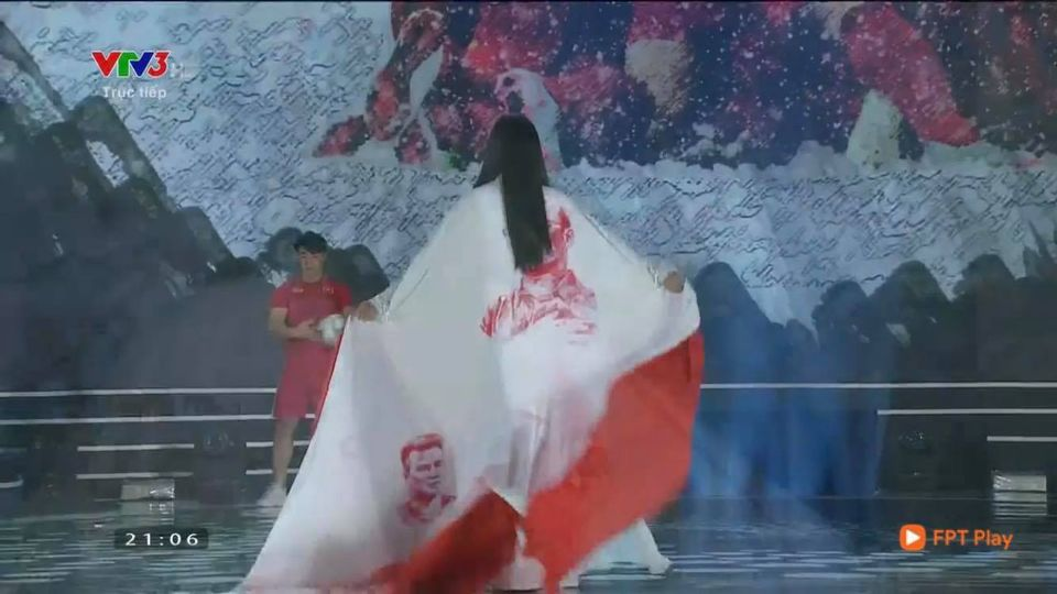 Trần Tiểu Vy trở thành đề tài gây tranh cãi với màn xuất hiện khá khó hiểu khi diện trang phục áo dài tại Chung kết Hoa hậu Việt Nam 2020-3