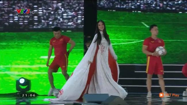 Trần Tiểu Vy trở thành đề tài gây tranh cãi với màn xuất hiện khá khó hiểu khi diện trang phục áo dài tại Chung kết Hoa hậu Việt Nam 2020-1