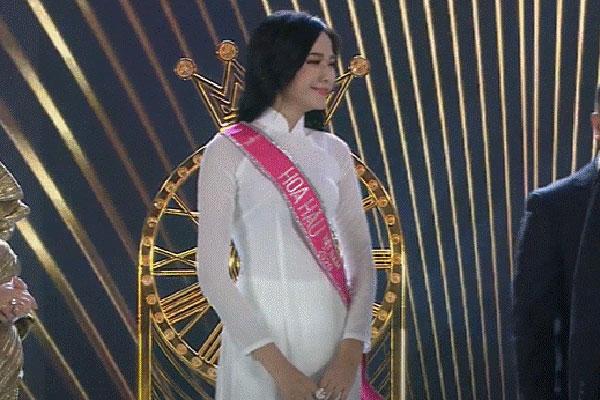 Biểu cảm khó hiểu của Tân Hoa hậu: Mắt muốn khóc nhưng miệng thì muốn cười