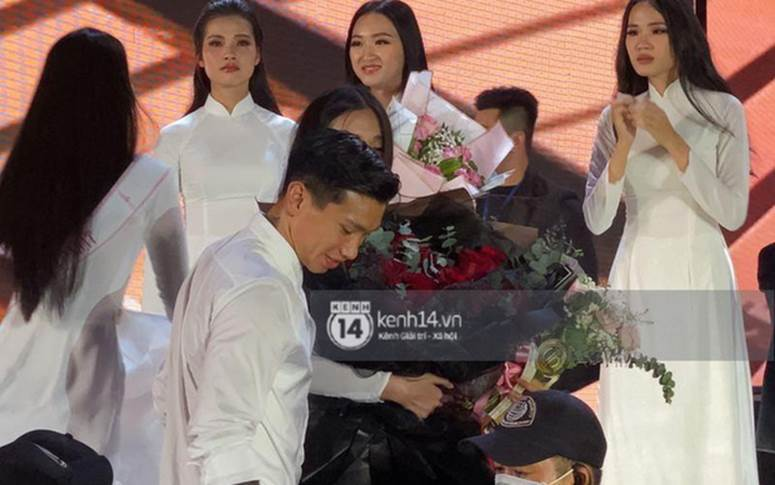 HOT: Văn Hậu tặng hoa hồng đỏ và ôm an ủi Doãn Hải My ngay trên sân khấu Hoa hậu-1