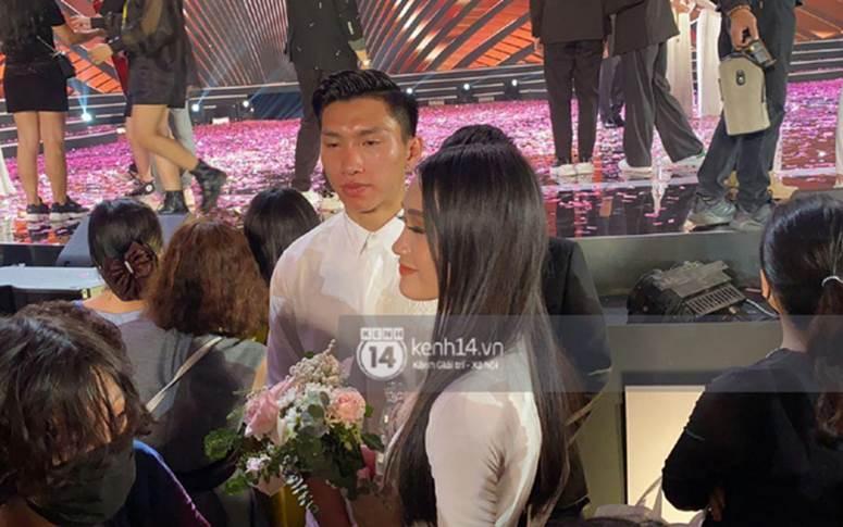 HOT: Văn Hậu tặng hoa hồng đỏ và ôm an ủi Doãn Hải My ngay trên sân khấu Hoa hậu-2