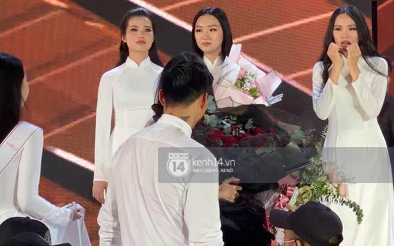 HOT: Văn Hậu tặng hoa hồng đỏ và ôm an ủi Doãn Hải My ngay trên sân khấu Hoa hậu-3