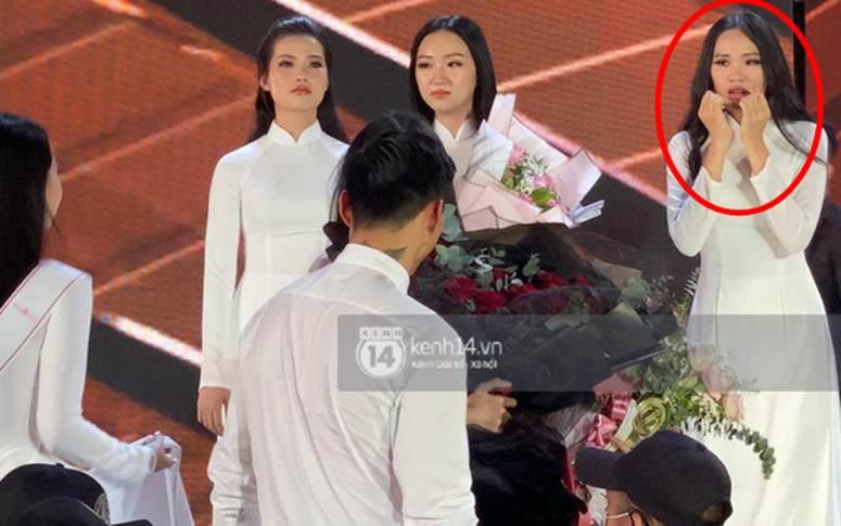 Biểu cảm ơ mây zing của gái đẹp khi chứng kiến Đoàn Văn Hậu lên thẳng sân khấu tặng hoa cho Doãn Hải My-1
